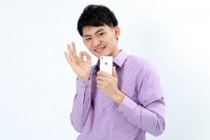 iPhoneを使う男性