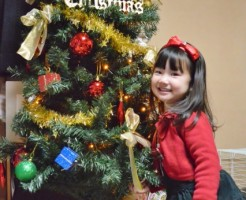クリスマスを祝う女の子