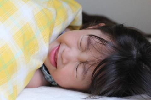 寝こむ子供